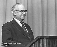 Emiel Willekens (1922-2009) - Collectie AMVC-Letterenhuis Antwerpen, W 7035, Emiel Willekens achter het spreekgestoelte op de opening van de tentoonstelling Paul Ibou in AMVC (28-10-1976).